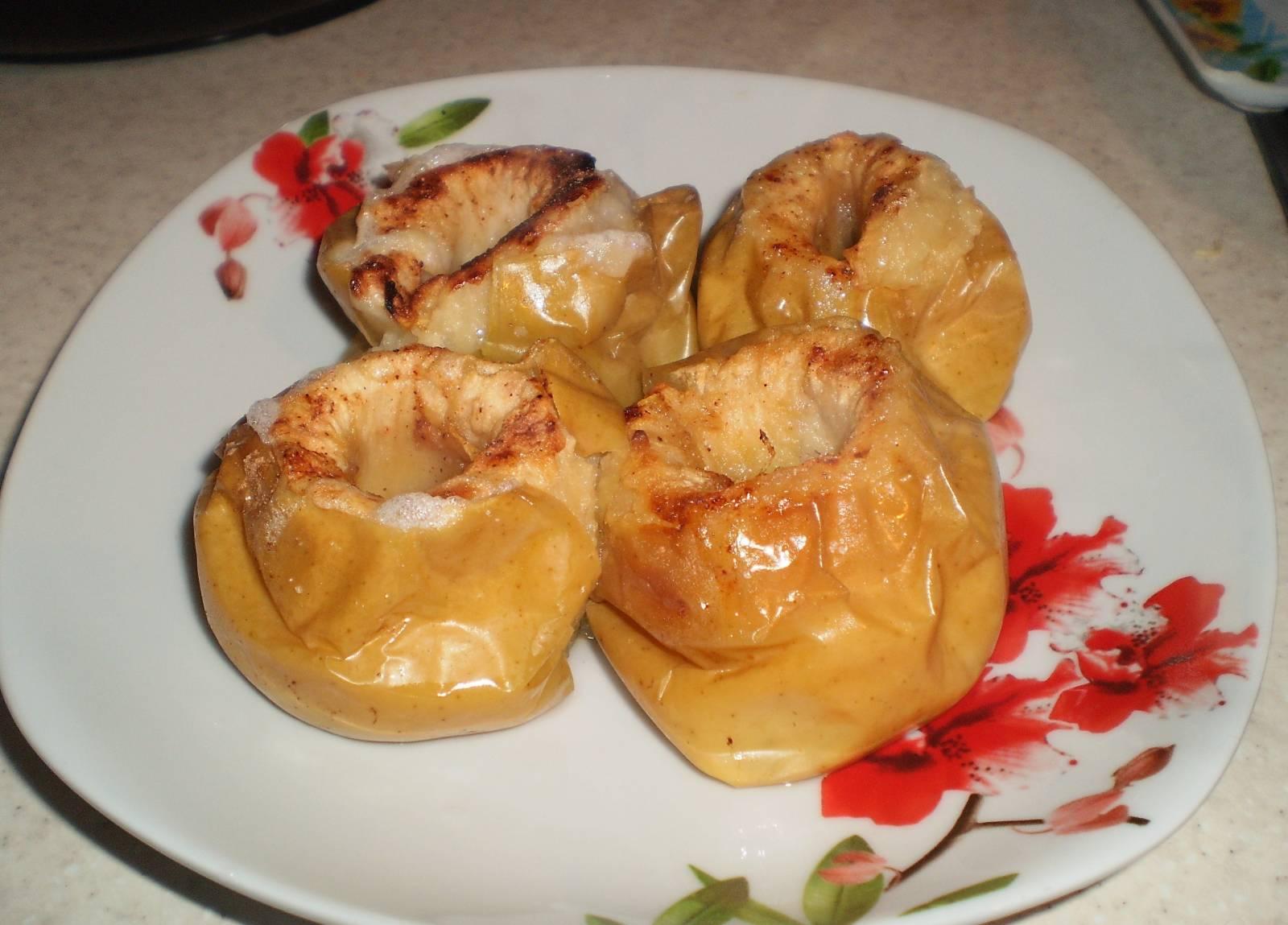 Яблоки наиболее безопасны, их можно кушать в печеном виде с добавлением корицы