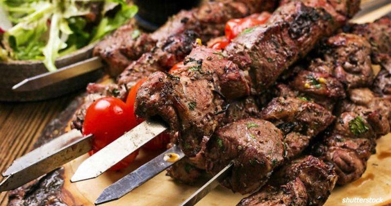 Употребление жирного мяса вместе с алкоголем может спровоцировать приступ панкреатита