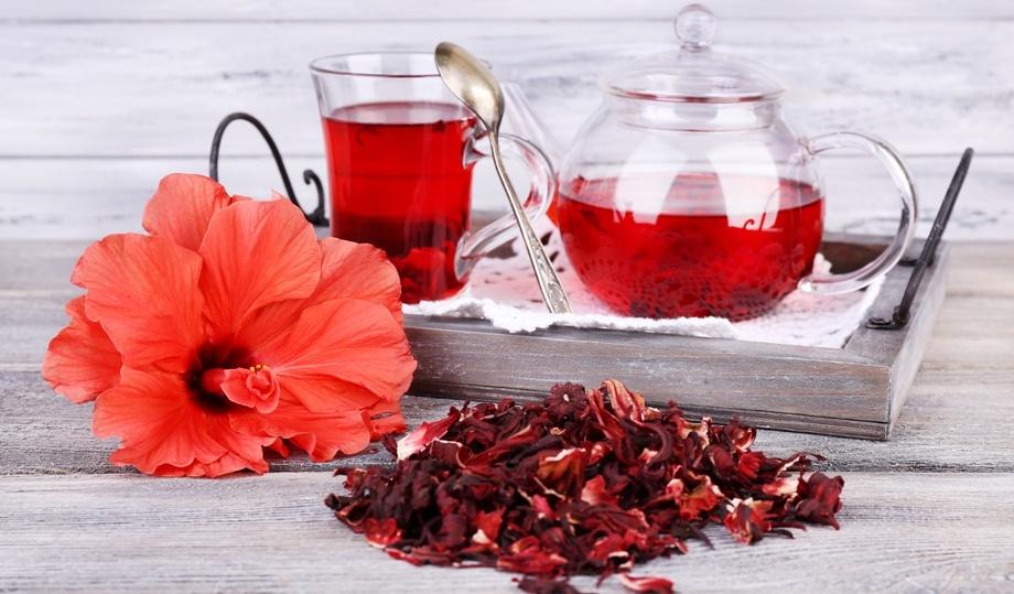Чай каркаде, как и другие напитки, стоит попробовать пить без сахара