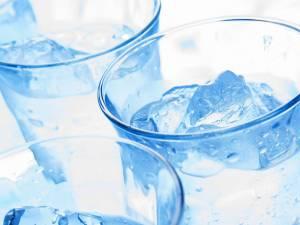 При обострении панкреатита рекомендуется первые несколько дней употреблять только воду